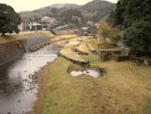 川と山と町の写真