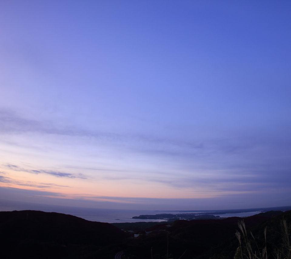 夜明け前の空と海スマホ壁紙