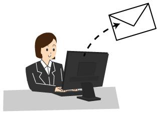 パソコンからメールを送信する女性