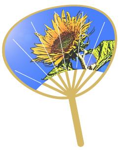 青空とヒマワリのデザインの団扇(うちわ)