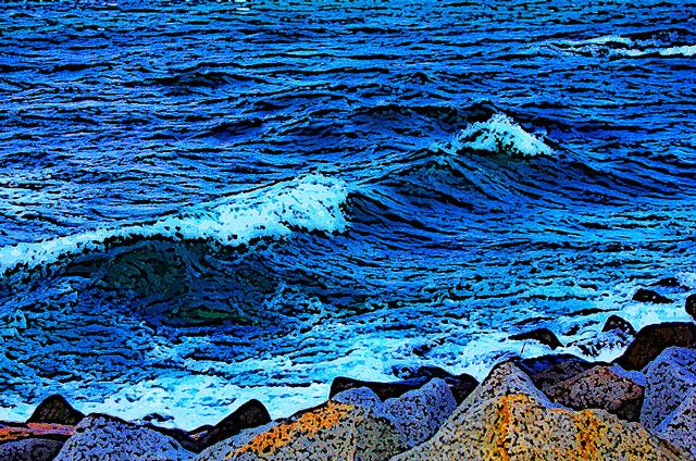 打ち寄せる波と岩礁