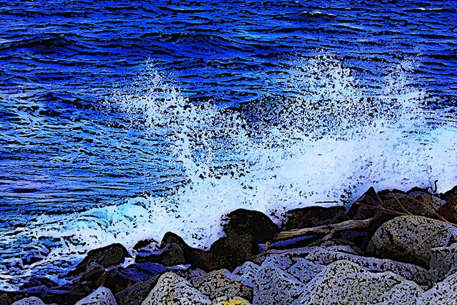 岩礁に打ち寄せる波しぶき