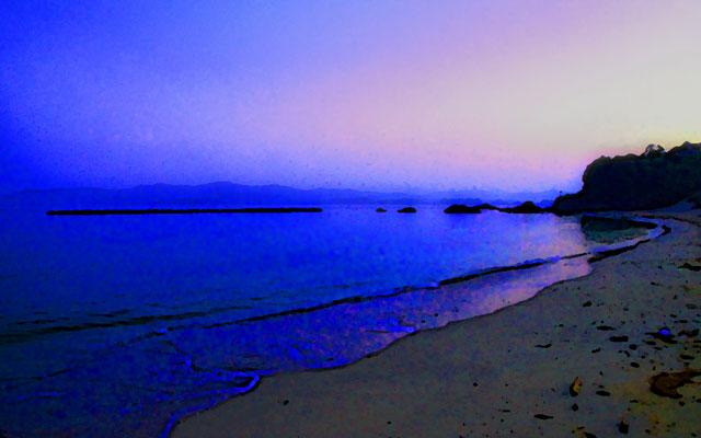 夜明け前のトワイライトカラーに染まる海