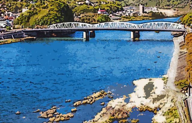 電車の鉄橋と大きな川