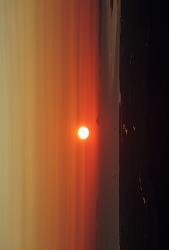 オレンジ色の空と日の出の写真