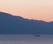 夕暮れの空と海と船の写真素材