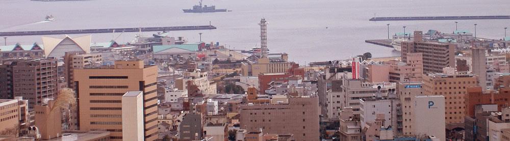 街と海の風景横長の拡大写真