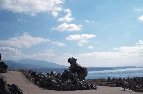 空と山と海と雲と道の風景の拡大写真