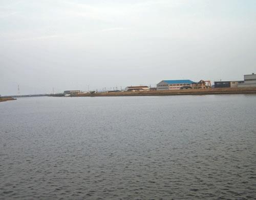 川と空と町の風景の拡大写真