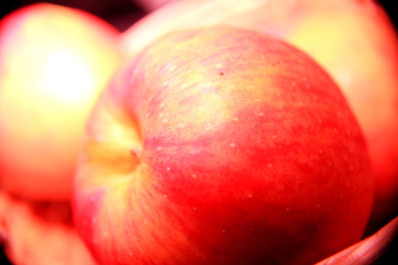 大きいサイズのバスケットとリンゴ