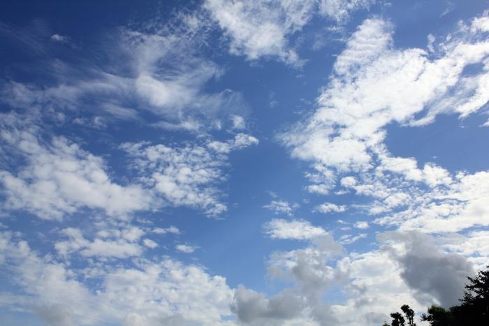大きいサイズの青く澄んだ空の写真