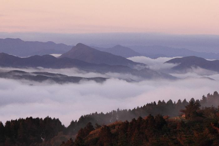 大きいサイズの連なる山に広がる雲海と紅葉