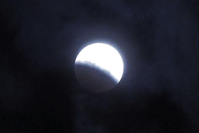 大きいサイズの月食中