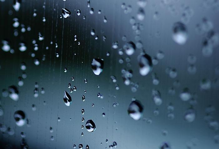 大きいサイズの窓についた雨