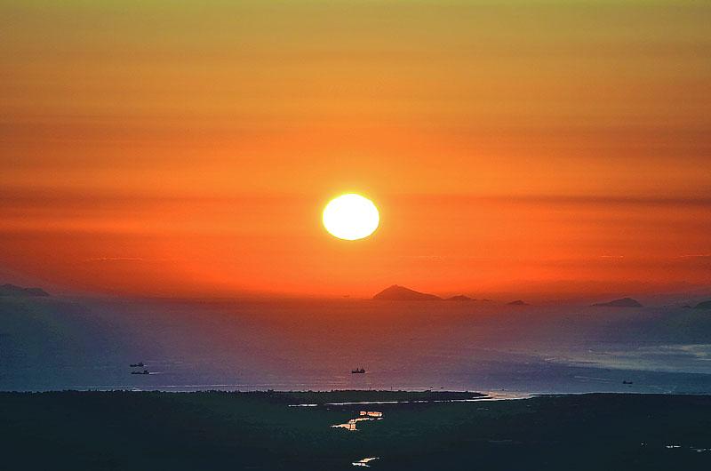 大きいサイズの海から昇る日の出