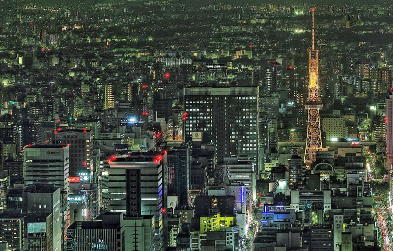 大きいサイズの夜のテレビ塔の明かりと建物