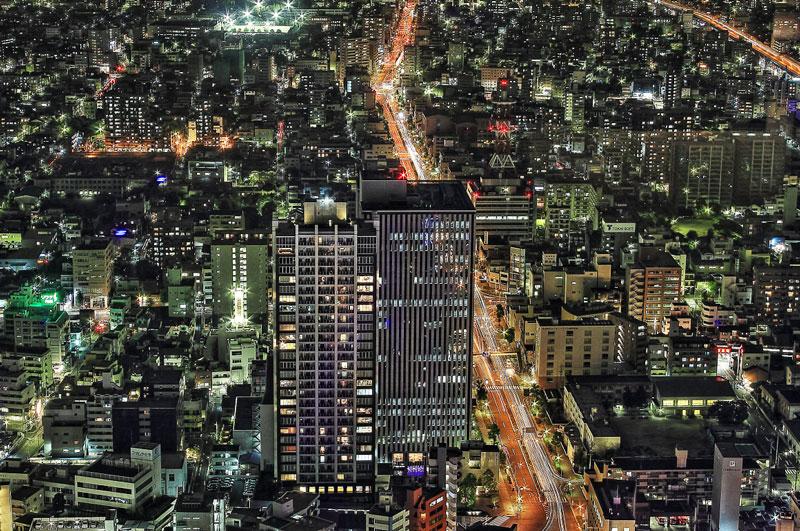 大きいサイズのオフィスビルが立ち並ぶ夜景