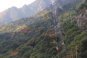 一部赤黄色に染まる山のふもと