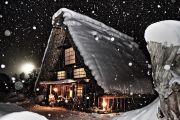 雪が降る夜の合掌造りの家