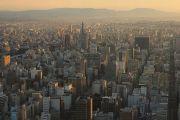日の出が射し込むビル街の風景