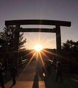 鳥居の中央から日の出が射し込む